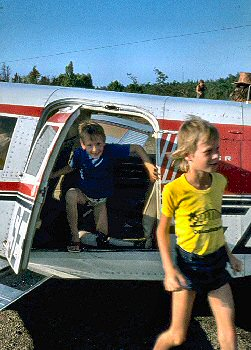 Picture of Armin and Imke stepping out of a plane