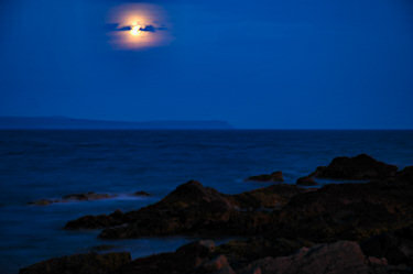 Picture of the moon over the sea