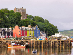 Picture of the red, yellow and blue houses in Tobermory