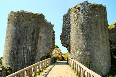 Picture of the ruins of the gatehouse of a castle